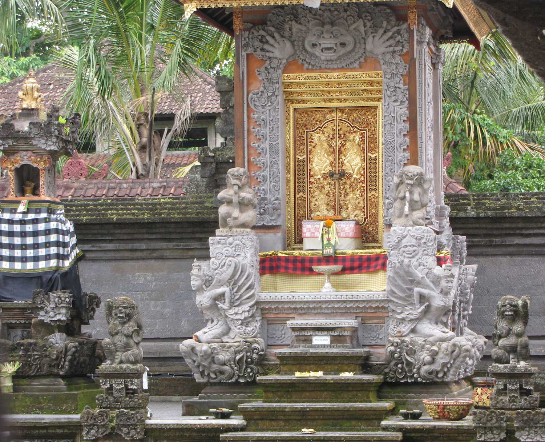 pura-dalem-agung-ubud-bali-statues-doorway